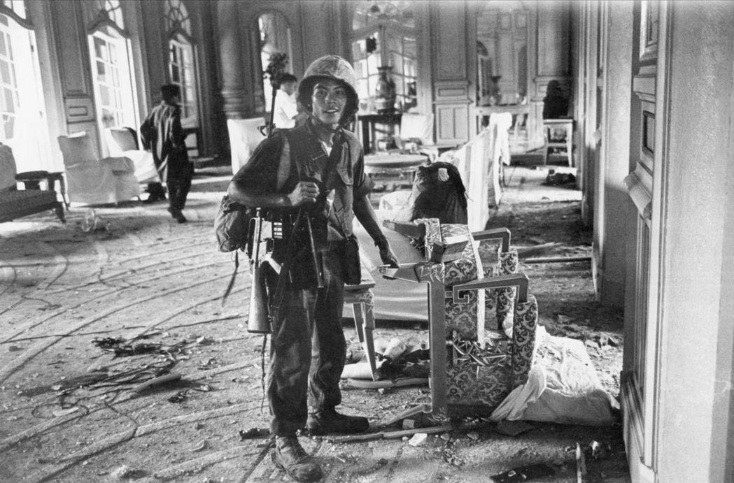 1963年11月1日,南越政變軍攻入總統府,四處搜捕強人總統吳廷琰。 圖/美聯社