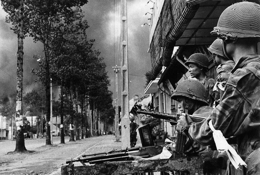 美國態度轉趨積極的同時,吳廷琰也加緊鞏固自己的強人統治。圖為1955年,南越軍與...