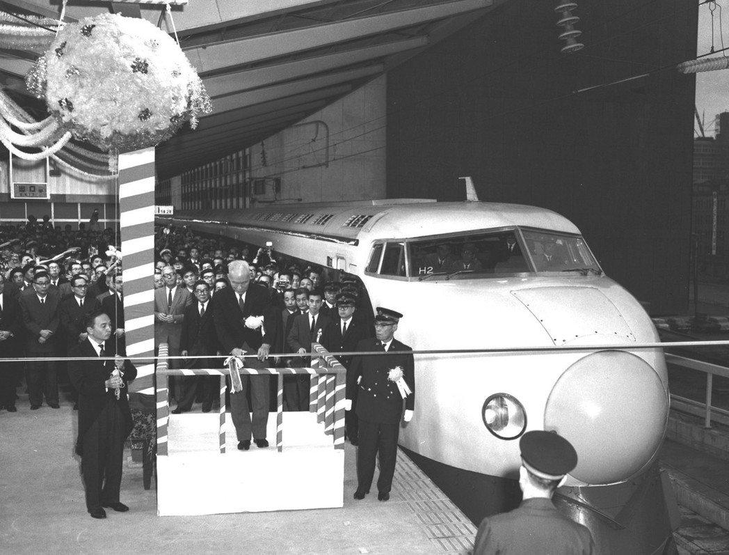 圖為1964年東海道新幹線通車儀式,開啟了日本列島的新幹線時代。 圖/美聯社