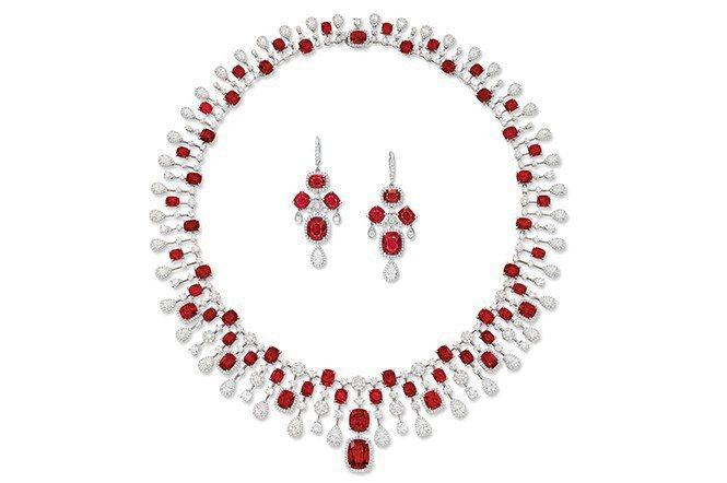 總重約62.53克拉紅色尖晶石鑽石墜飾項鍊及耳環套組(Lot 192)。估價15...