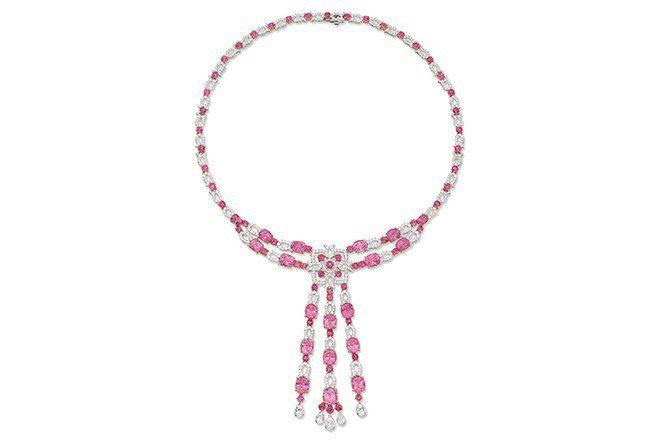 總重約58.85克拉粉紅色尖晶石鑽石墜飾項鍊(Lot 187)。成交價33.6萬...