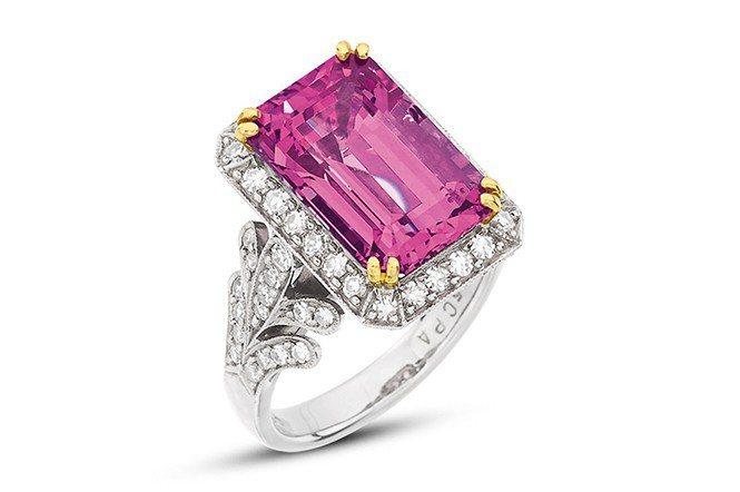 7.85克拉粉紅色尖晶石鑽戒(Lot 186)。成交價30萬港元。