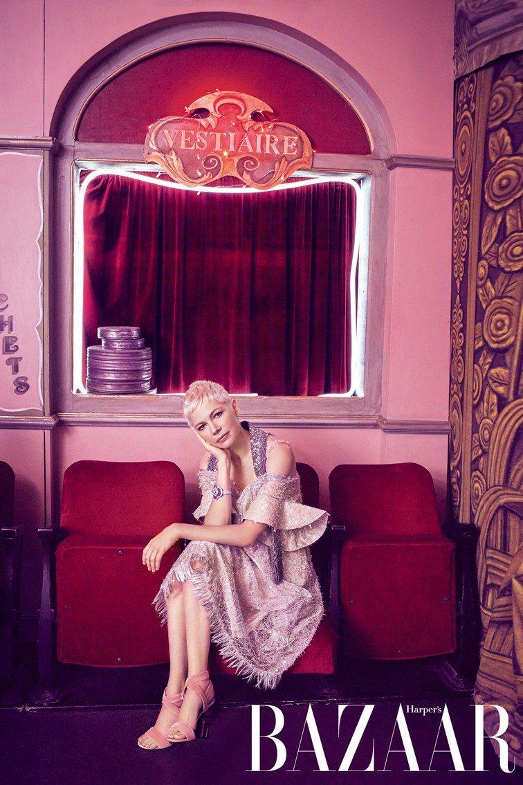 洋裝、天鵝絨高跟鞋,Louis Vuitton;手環,Louis Vuitton...