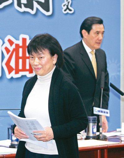文化部前部長龍應台(前)與前總統馬英九(後)。 本報資料照