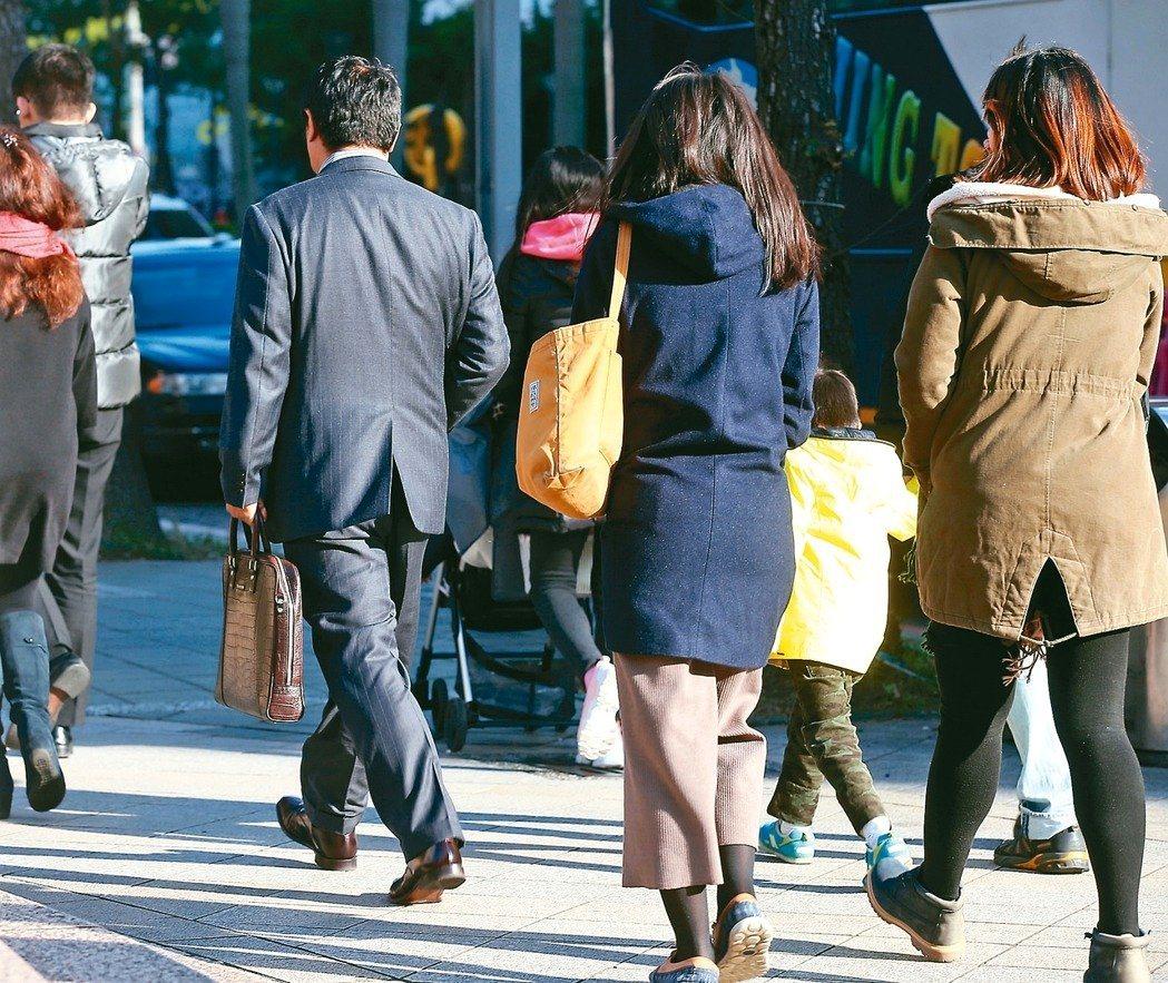 「不要過勞公投連線」發起公投連署,要求廢止包含取消七休一、輪班間隔縮短等的勞基法...