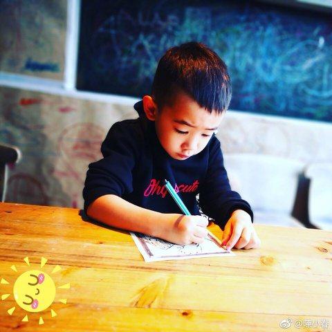 陳小春與兒子Jasper參與錄製的大陸親子節目「爸爸去哪兒5」雖已播畢,但Japser的人氣仍居高不下,陳小春昨晚(30日)微博分享兒子畫畫的照片,寫道:「這一刻的小時光。」還笑稱兒子是「讀書人」,...