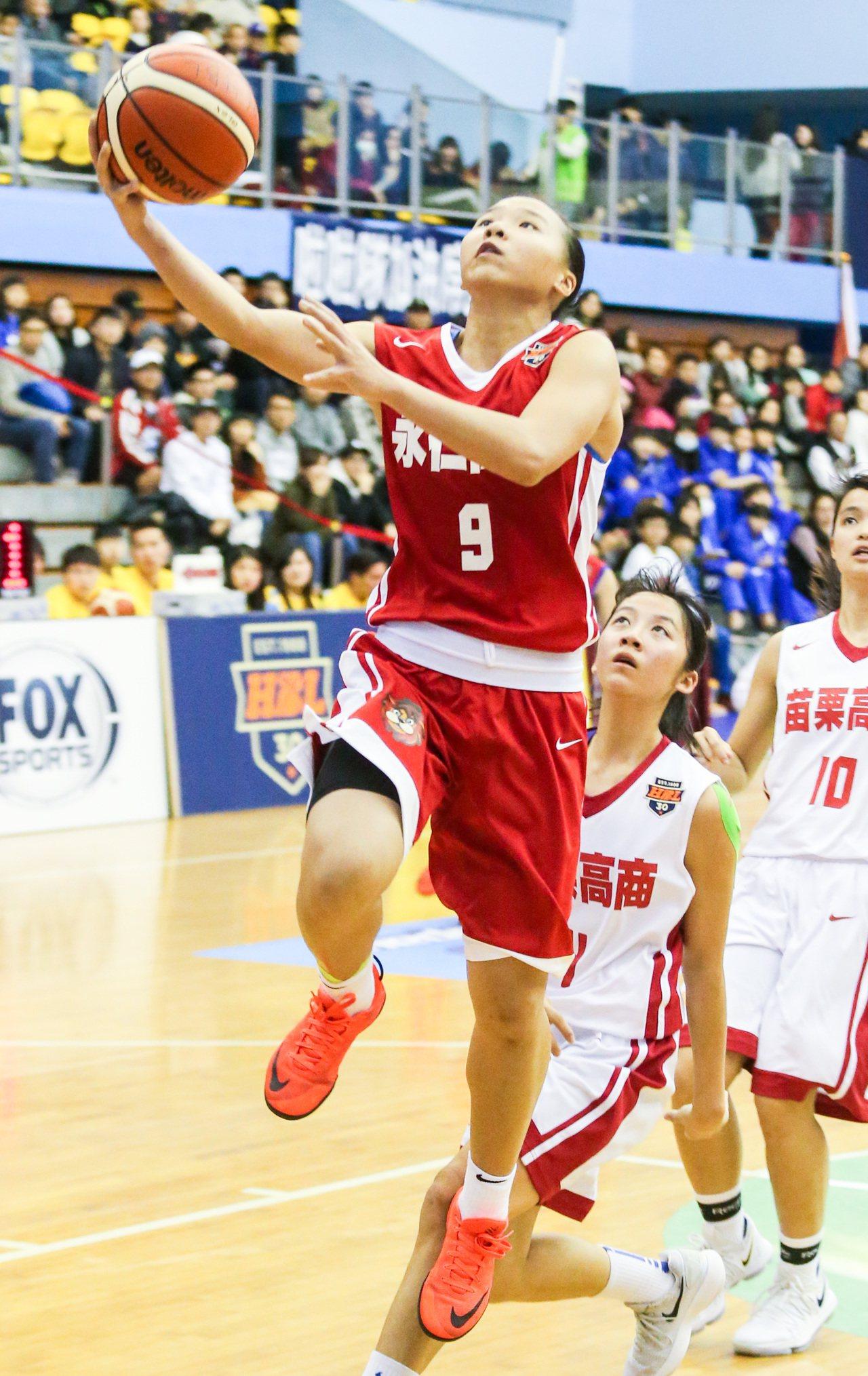永仁後衛方曉晴(左)突破上籃。 記者鄭清元/攝影