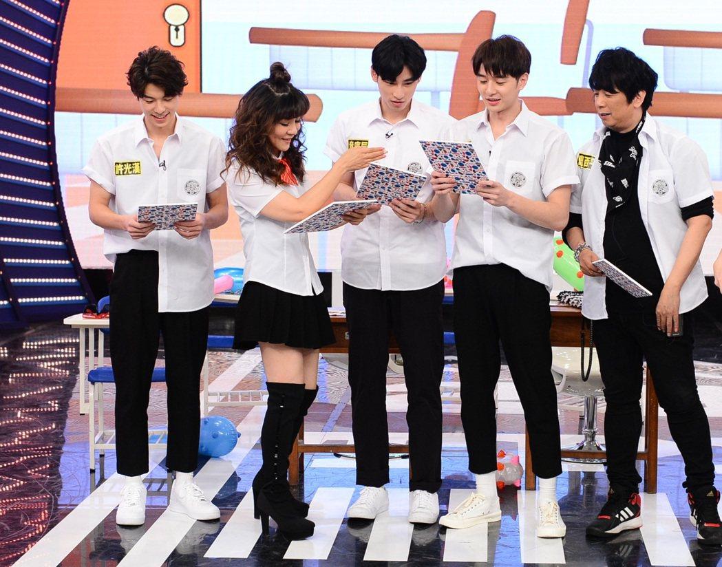 曹西平(右)換上學生制服與年輕藝人們一起同樂。圖/八大提供