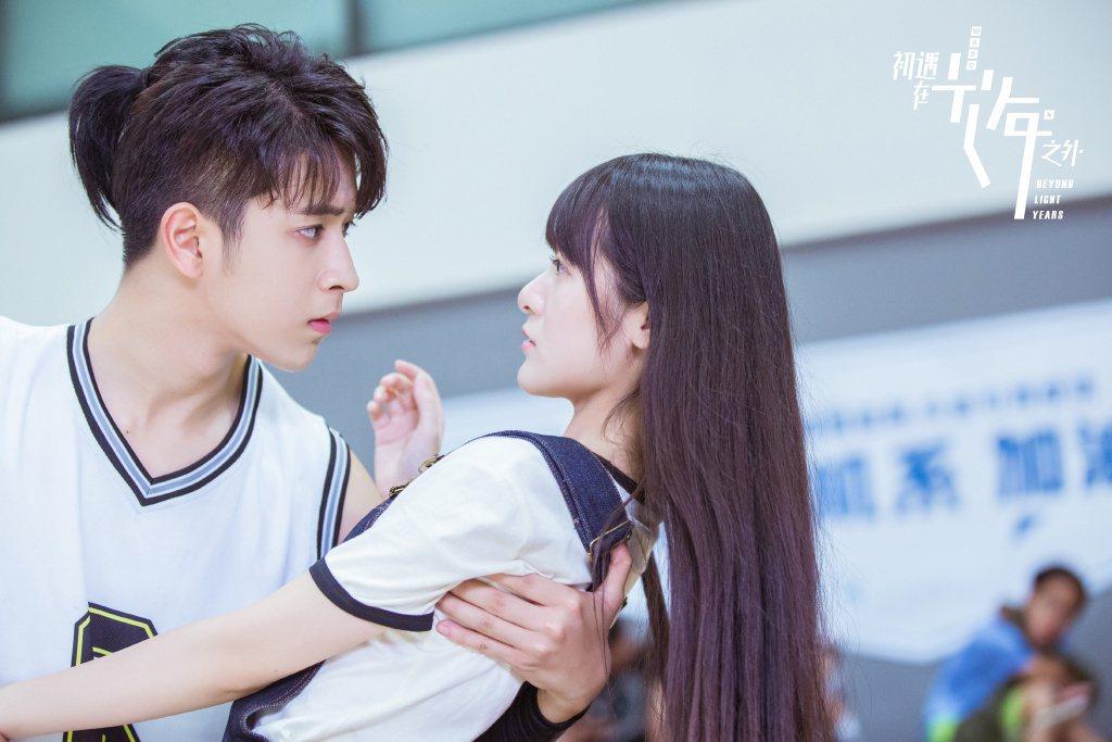 徐嬌(右)、陳若軒主演「初遇在光年之外」。圖/CHOCO TV提供