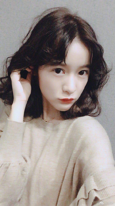 徐嬌在微博PO出紅唇俏麗卷短髮照片。圖/CHOCO TV提供