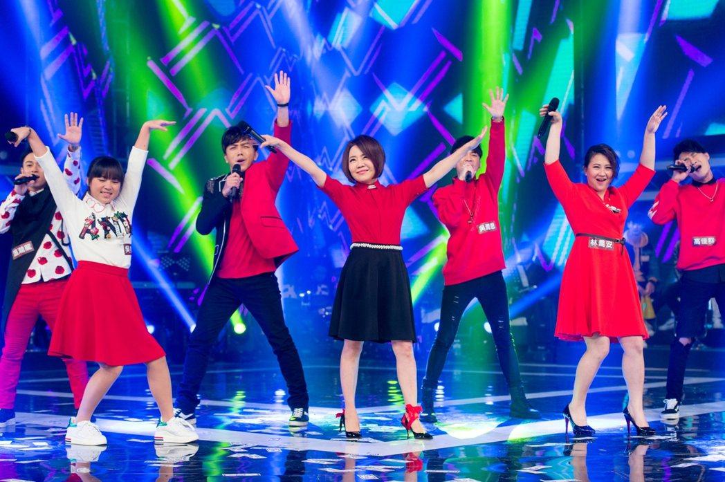 于美人(右四)為三立除夕特別節目挑戰跳舞。圖/三立提供