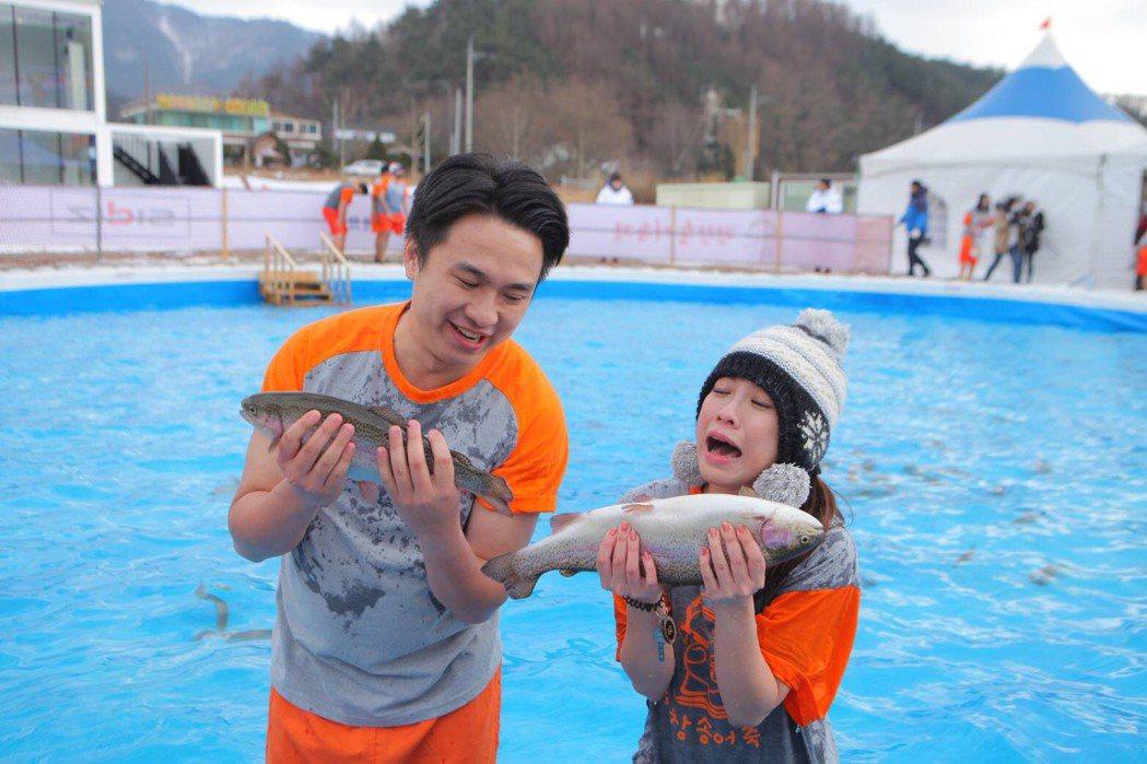 TVBS主播藍于洺(左)、記者詹舒涵韓國平昌訪鱒魚節。圖/TVBS提供