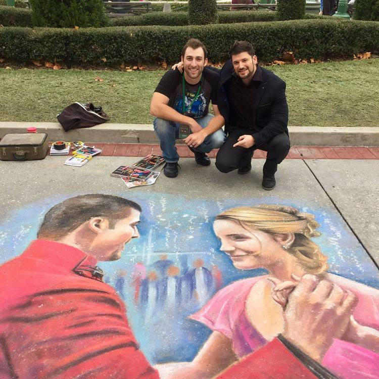 史坦尼斯拉夫艾恩尼夫斯基(右)在妙麗與喀浪共舞的地板畫前拍照留念。圖/摘自ins...