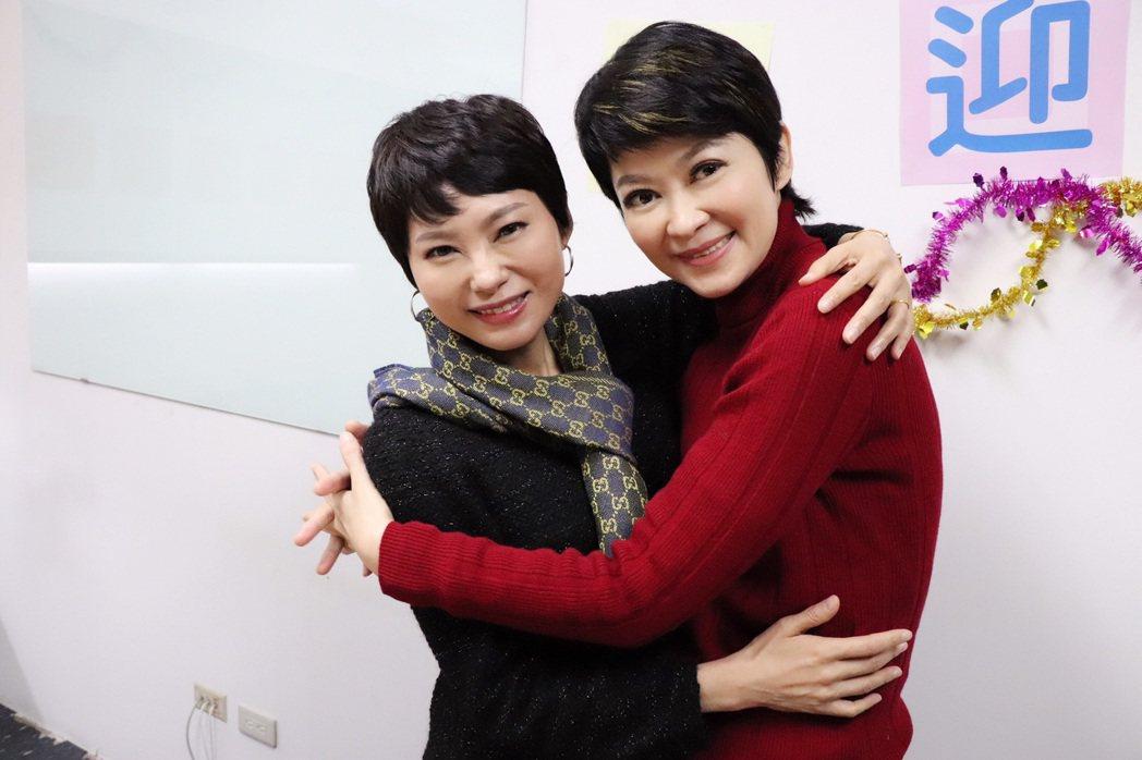 當家主播盧秀芳(右)獻上愛的擁抱給洪淑芬。圖/中天提供