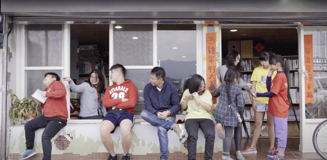 甘樂文創、小草書屋創辦人林峻丞(左3,著襯衫者),今年募款900萬元將老舊醫院改...