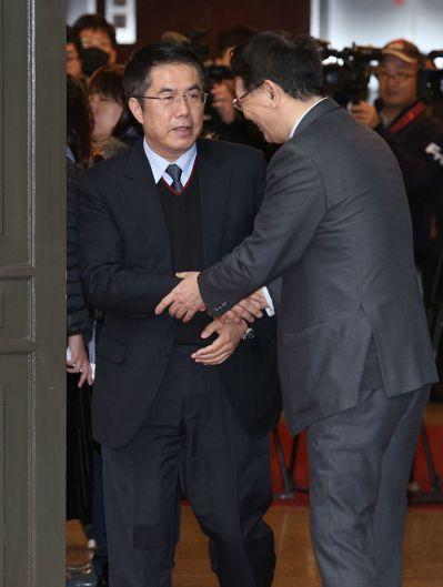 立法院第9屆第5會期立委報到,民進黨立委黃偉哲(左)再次奪下第一位,與秘書長林志...