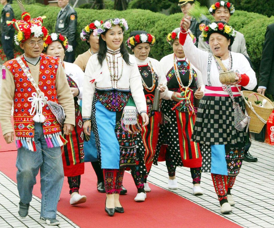 陳瑩(中)在族人的祈福舞蹈中,走進立法院的星光大道。 圖/聯合報系資料照片