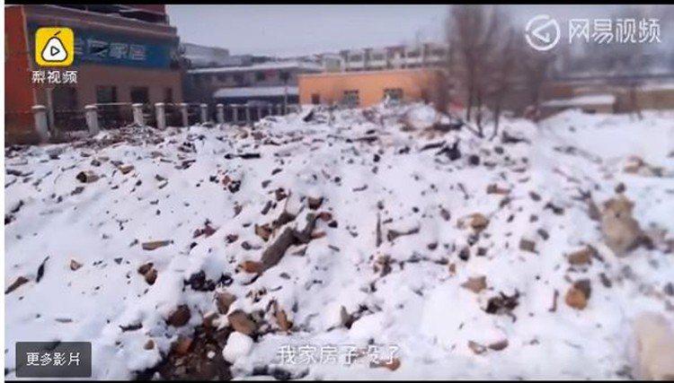 大陸一名男大生千里迢迢從北京搭車回到新疆老家,卻發現自家房屋消失了,一問之下才知...