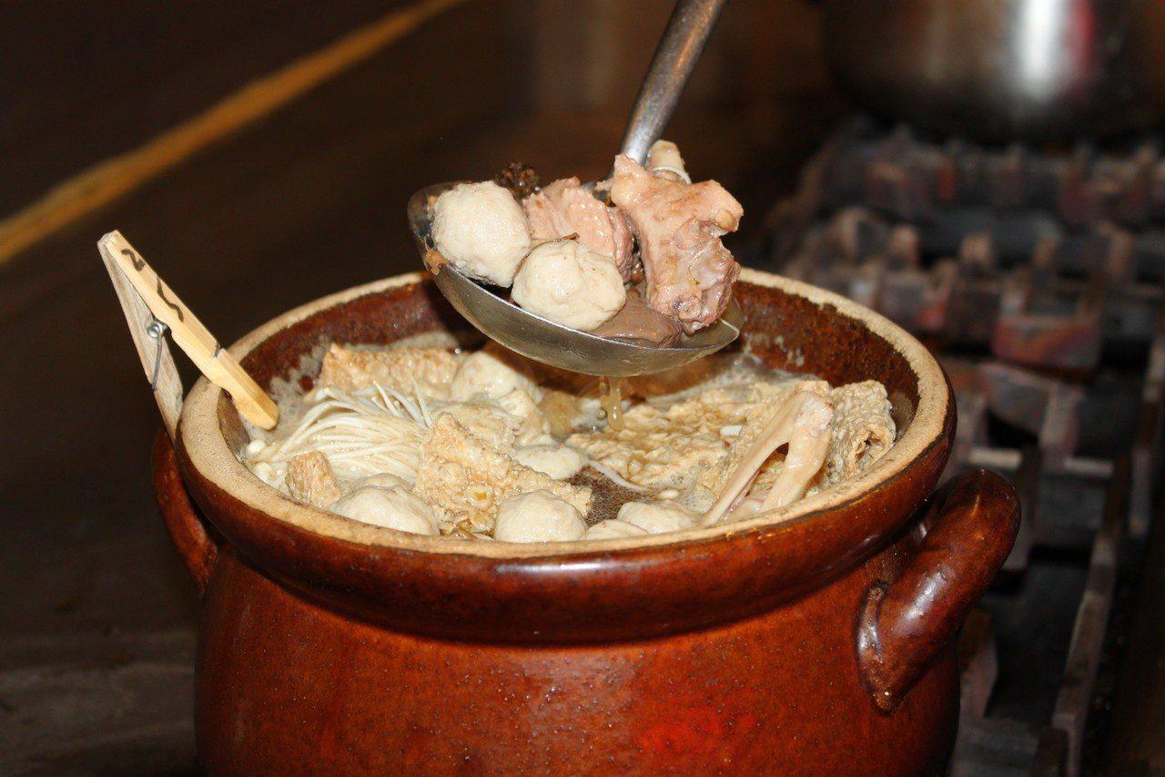「霸味薑母鴨」烹煮的的鴨子,都是從屏東自己的鴨場新鮮送達。記者吳文良/攝影