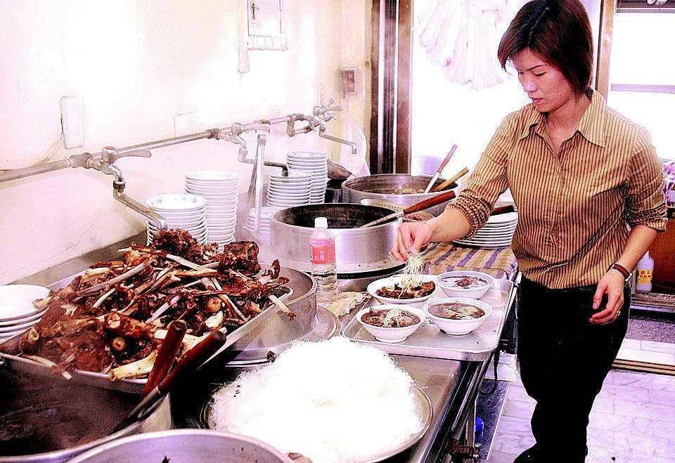 岡山鎮「舊市羊肉店」以傳統羊肉料理聞名。記者陳俊/攝影