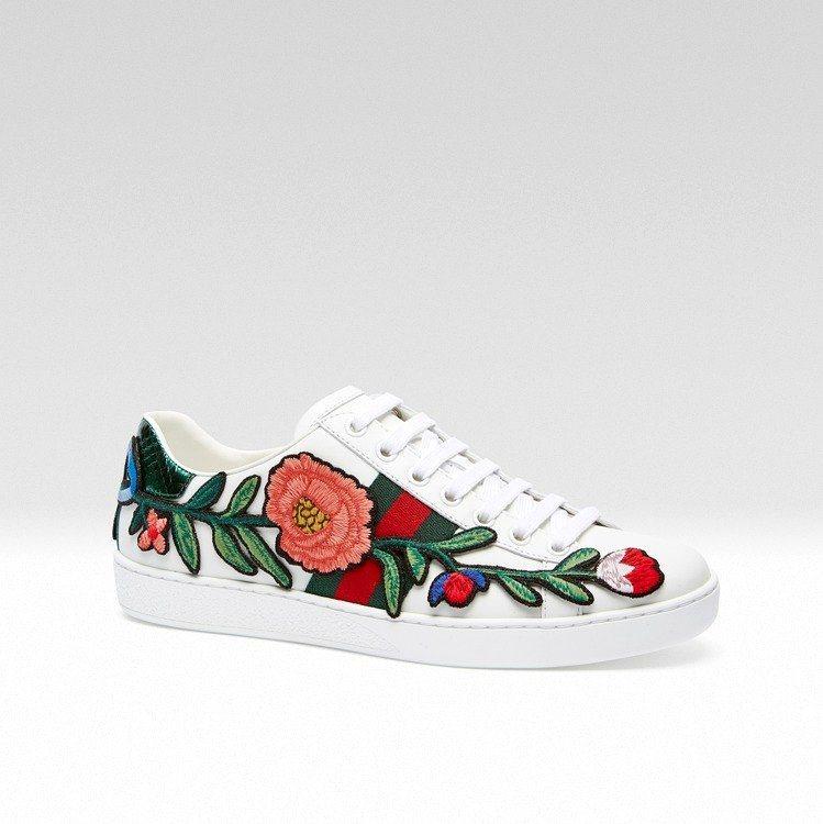 泰勒絲腳上的Ace花朵刺繡運動鞋。圖/Gucci提供