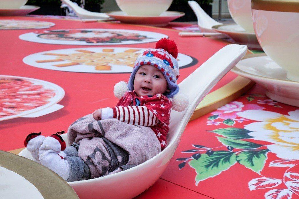 巨型湯匙、碗盤組,民眾可自由進出拍照。 圖/華泰名品城提供