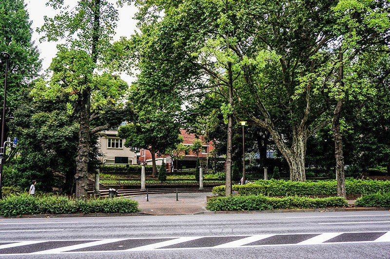 看得見四谷中學紅色磚牆的公園。