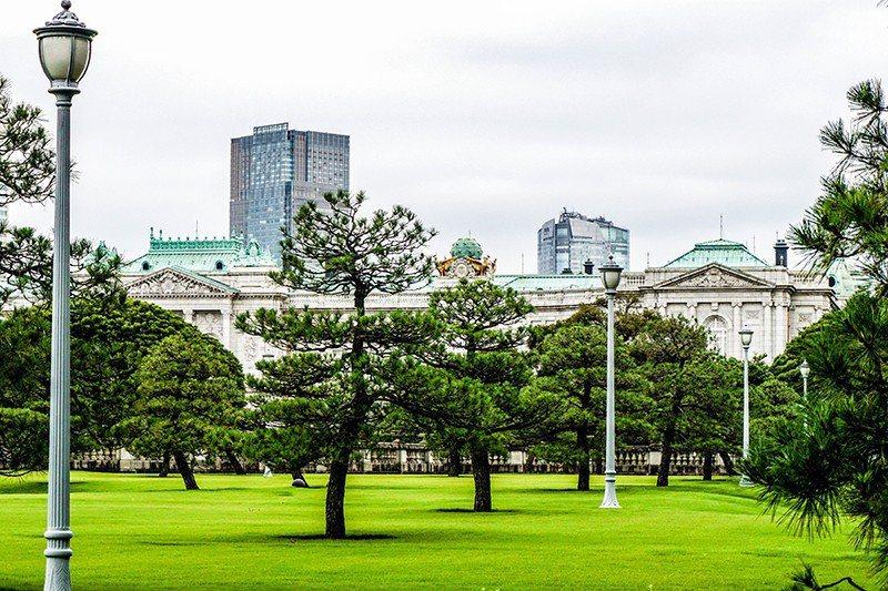 從公園可以眺望赤坂離宮的庭院和宮殿。