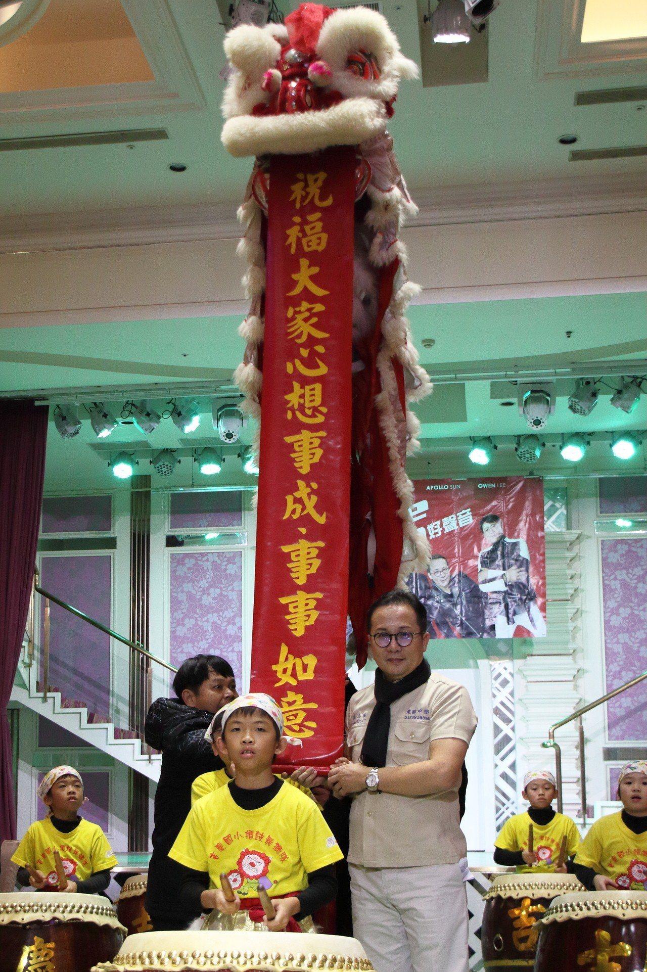 聯合線上總經理孫志華(右)大讚小朋友們表演卓越。提供/聯合線上