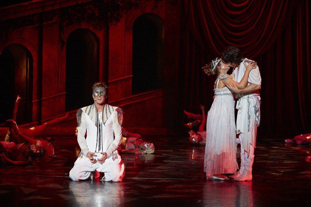舞會上羅密歐與茱麗葉一見鍾情,愛慕茱麗葉的鐵豹悲痛萬分。圖文/聯合數位文創提供