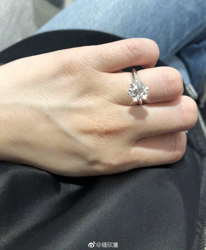 阿嬌宣布自己被求婚。圖/摘自微博