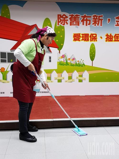 環保署今請來家事達人,教導民眾如何年終大掃除。記者彭宣雅/攝影