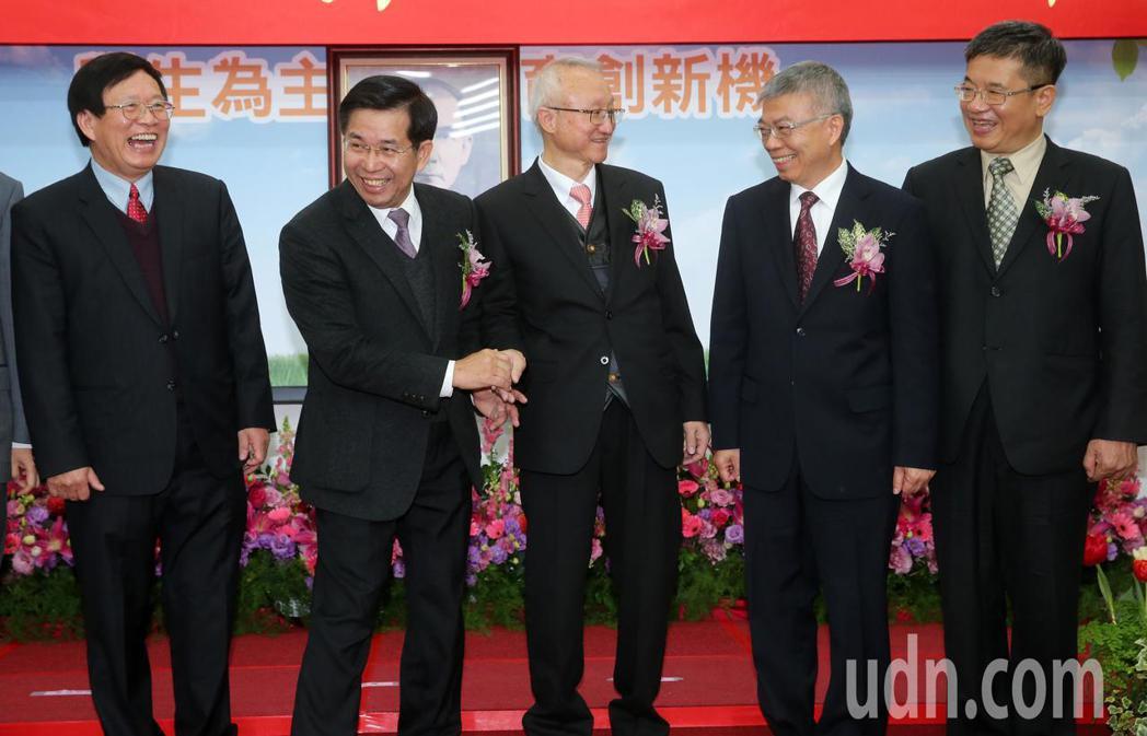 教育部長潘文忠(左二)上午出席教育部舉行所屬國立大學卸新任校長聯合交接布達典禮。...