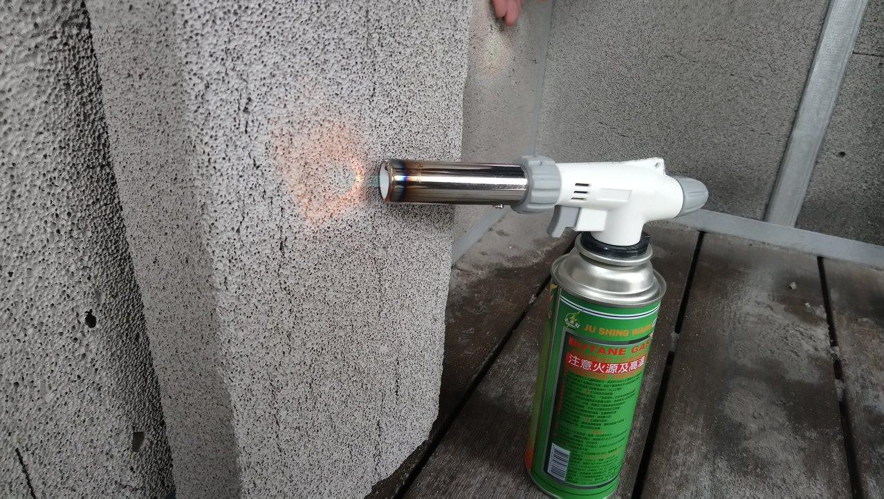 玻璃磚火燒過不會保留溫度。 記者卜敏正/攝影