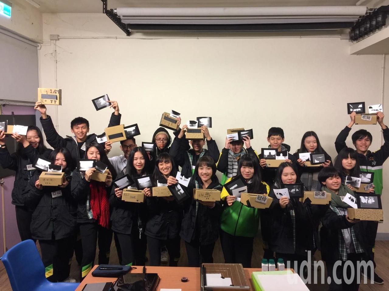 桃園至善高中和北藝大今年舉行「影像冬令營」,學生以傳統攝影方式拍照、洗照片,老師...