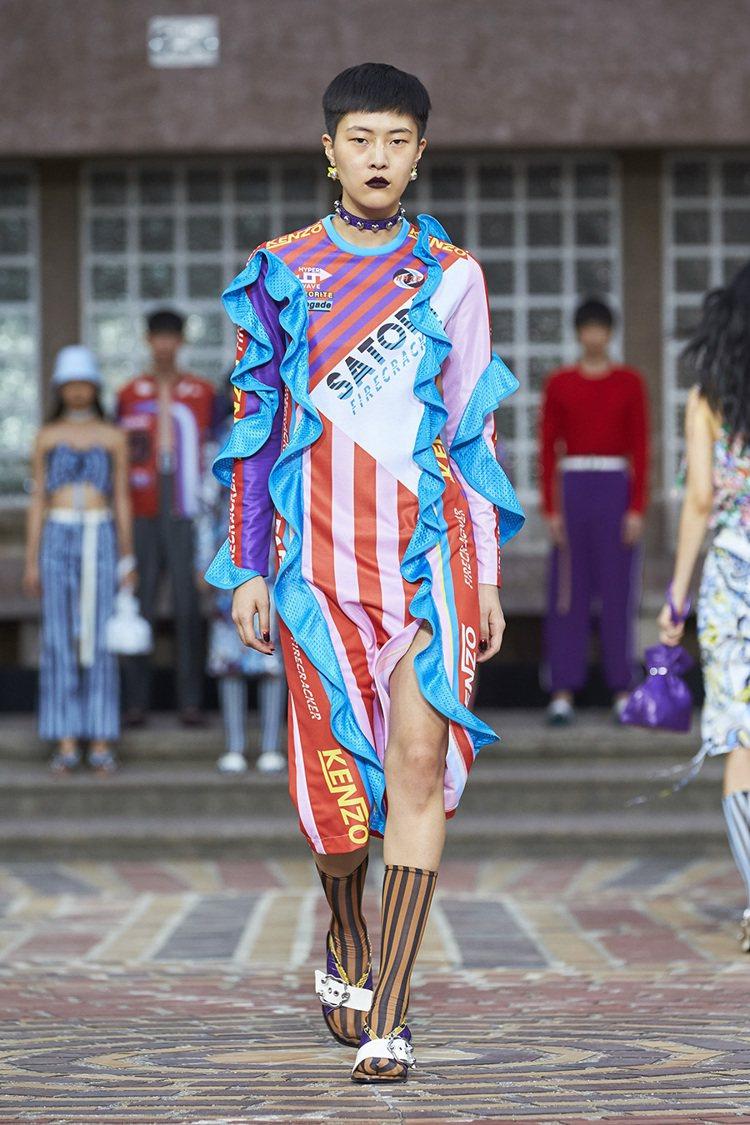 各式多彩洋裝也以拼接布料玩出造型創意。圖/KENZO提供