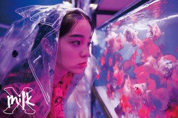 歐陽娜娜為「MilkX」雜誌前往香港拍攝封面,剛滿17歲的她表示,今年「自信做自己」是首要事項:「用更輕鬆的態度去面對每一天,因為17歲是未成年的最後一年,所以要更自由的去過自己的每一天。」也認為,...