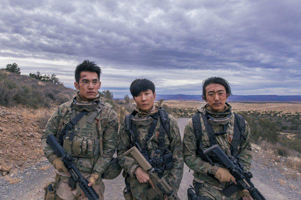 林俊傑(中)找來好友懷秋(右)及張書豪合拍新歌MV。圖/華納音樂提供