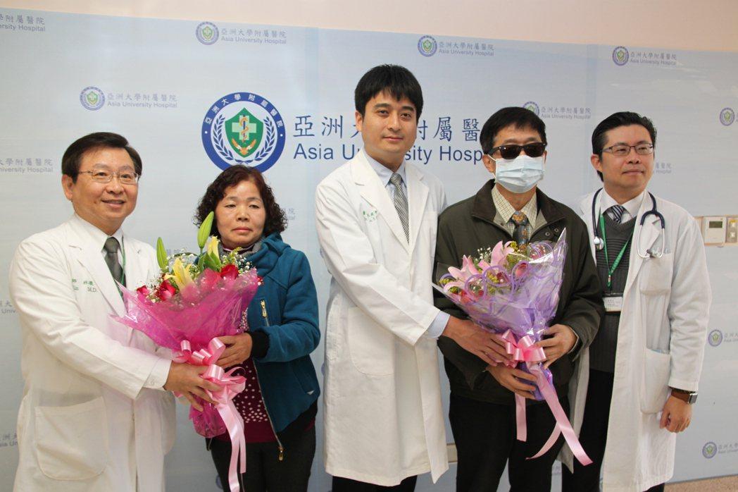 罹患肺腺癌的葉先生(右二)和廖太太(左二)送花感謝亞洲大學附醫院的醫師們。記者黃...
