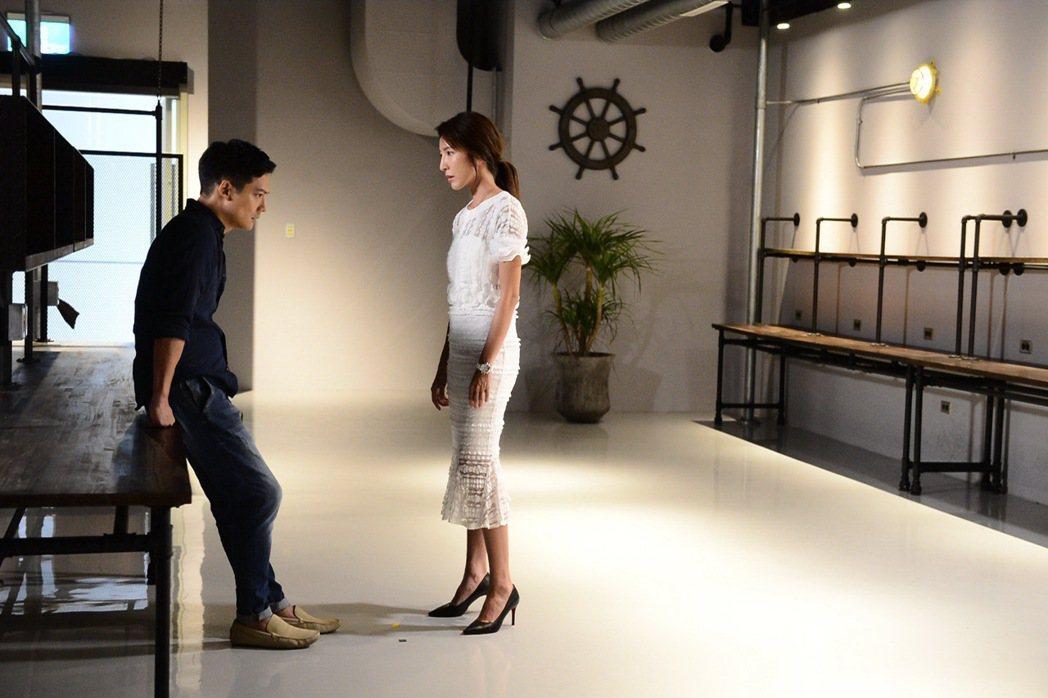 楊謹華(右)與高聖遠在「我的男孩」中談分手戲碼感情激烈。圖/八大提供