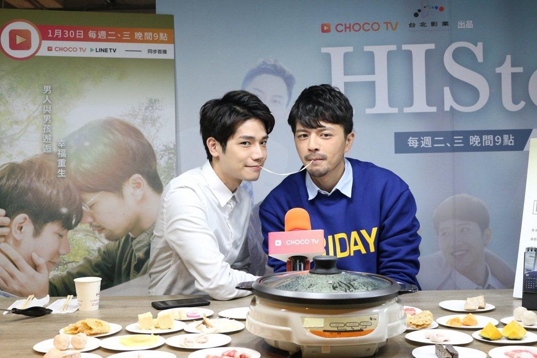 江常輝(右)、張行玩「愛的麵條」遊戲。圖/CHOCO TV提供