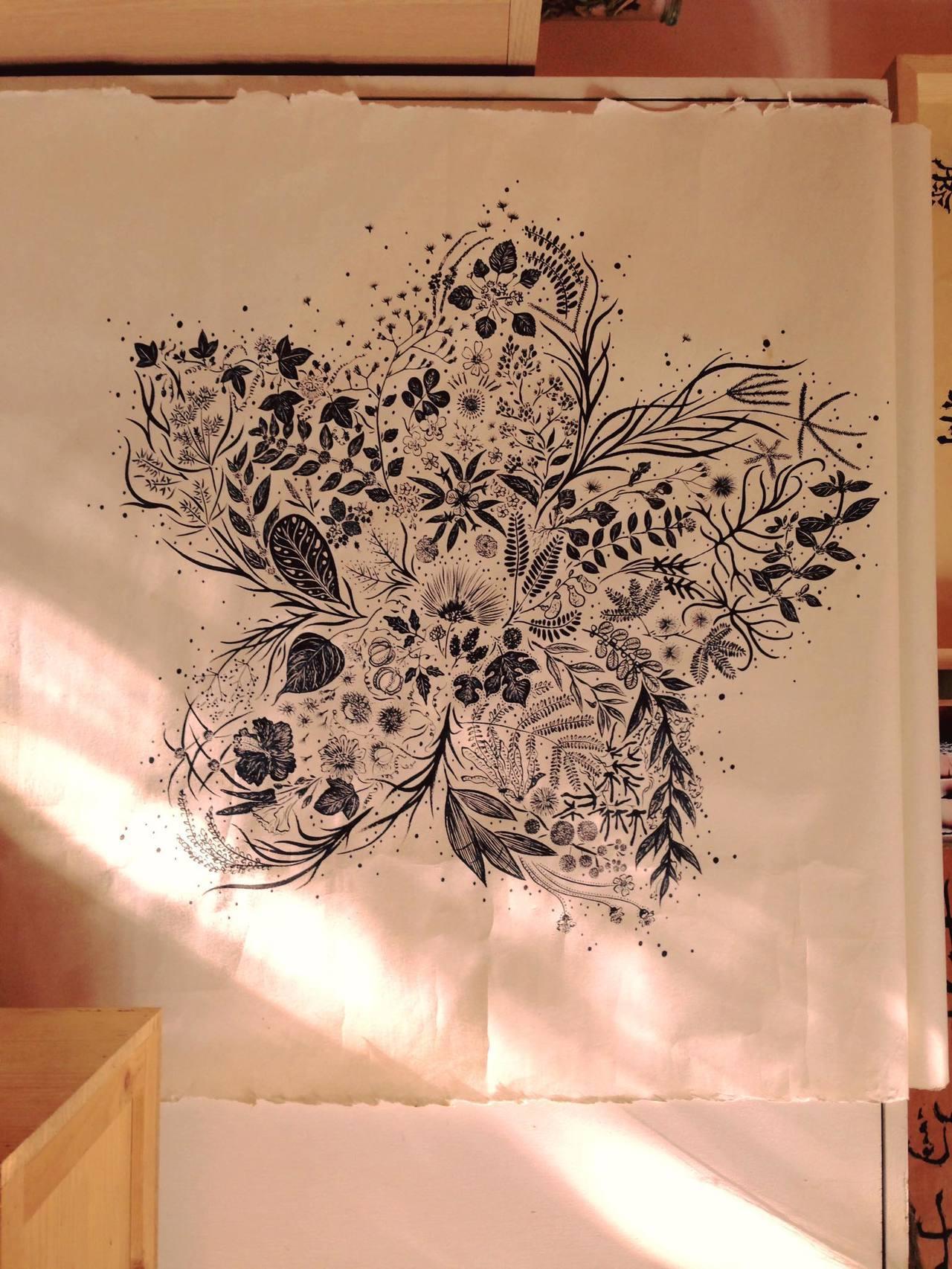 林芝宇將於高雄採集到的雜草畫成形如木棉的植物曼陀羅,而木棉的花語正是「珍惜身邊的...