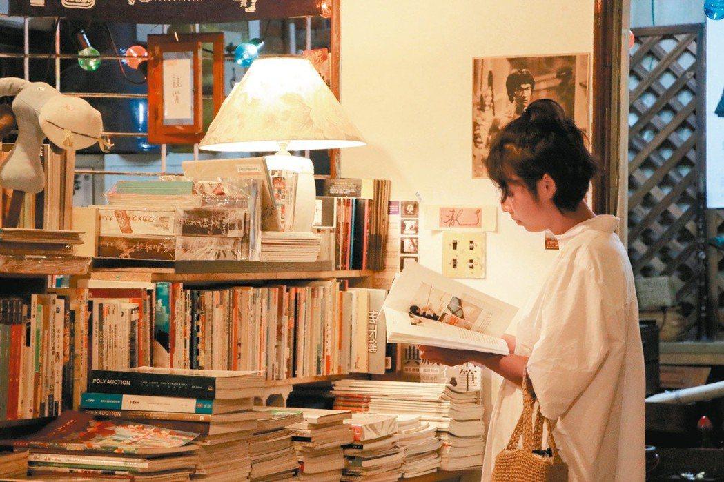 涼爽傍晚,在柔和燈光下靜靜閱讀一本書。 攝影/曹馥年、林士棻