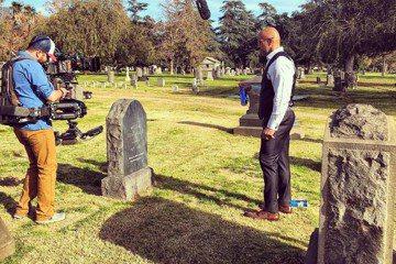 巨石強森堪稱當今人氣最旺、票房號召力最高的紅星,卻也曾經有痛苦的過去。他這兩天為了自製自演的HBO影集「好球天團」拍攝一場掃墓的戲,意外勾起往日傷痛回憶。劇中他是去探視自殺身亡兄弟的墓地,讓他想到1...