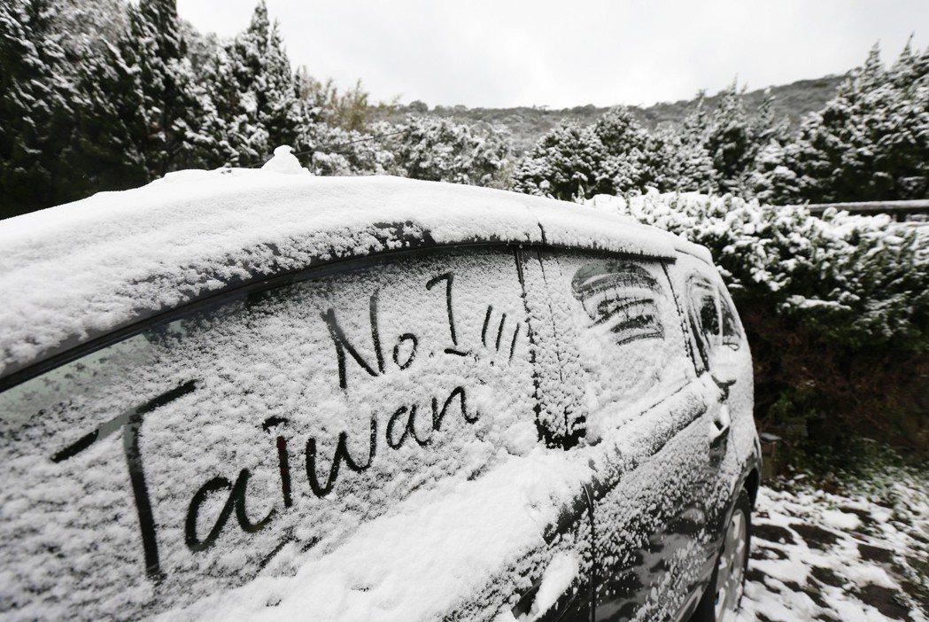 2016年陽明山下雪,吸引民眾上山賞雪,一台停在路邊被雪覆蓋的車子,被賞雪民眾寫...