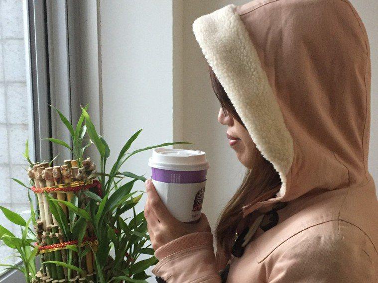 醫師指出,冬天手腳易冰冷,緩解冰冷衣物別穿太緊身宜寬鬆,咖啡含有咖啡因會使血管收...