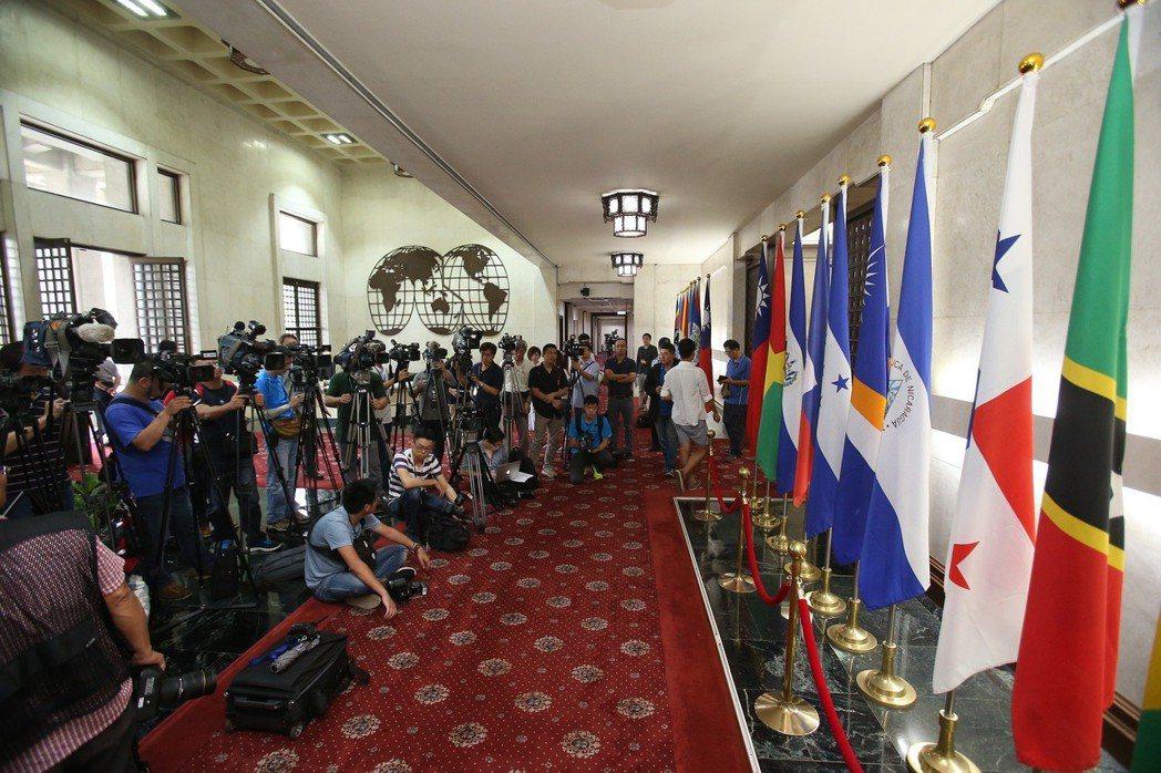 2016年台巴斷交引起國內外媒體關注,圖為媒體等候外交部大廳的巴拿馬國旗(右二)...
