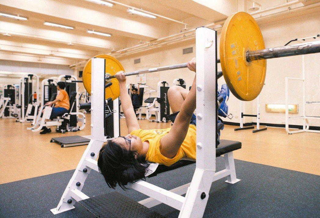 重量訓練若動作不標準,當心不但沒培養到肌肉,反而造成肌肉斷裂。 圖/聯合報系資料...