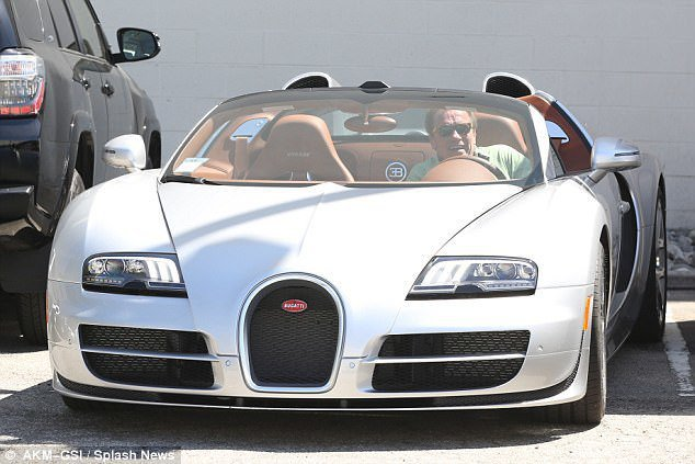 阿諾以250萬美金售出了他的Bugatti Veyron。 摘自dailymai...
