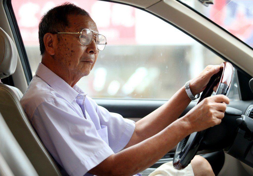 老人或因身體機能退化、或因政府對高齡駕駛管理趨嚴,而無法再駕駛汽機車。  圖/聯...